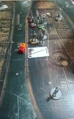Shevatas profite d'avoir trouvé un javelot dans un coffre pour transpercer le dernier Hallebardier.